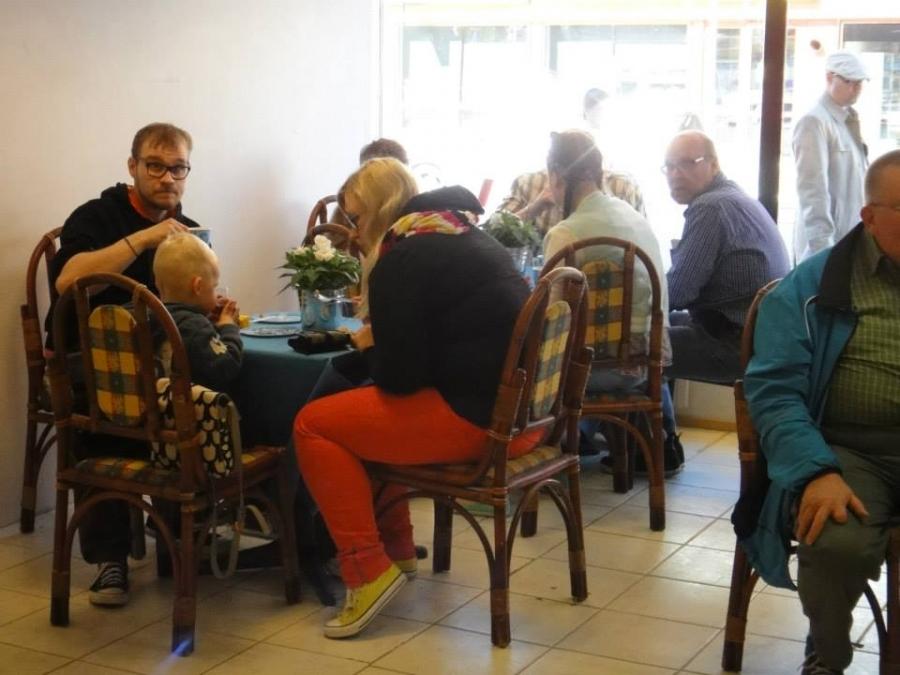 Ja kahvila oli käytännössä koko neljä tuntia täynnä ja osa nautiskeli kahvia ja kakkua ulkosalla ja osa seisaallaankin.