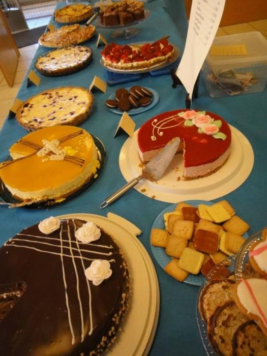 Ja tässä muutama kakkua päivän pöydästä ja päivän mittaan kakkuja nosteltiin pöytään lisää. Ja kaikki kakun palat lopulta myytiin ja tuotto siis uudelle Lasten Sairaalalle.