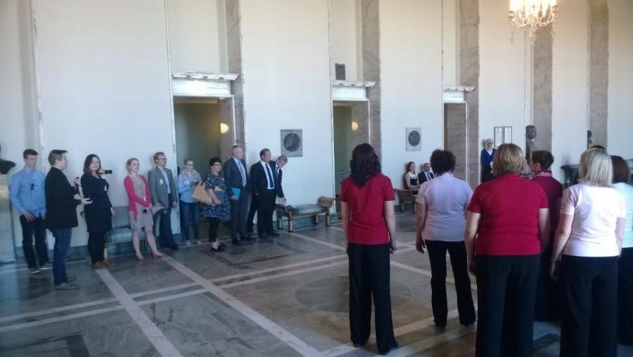 Ja upea kuorolaulu keräsi Valtiosaliin koko tuokion ajan yhä enemmän väkeä ja oli hieno saada useampikin kiitosviesti kollegoilta esityksen jälkeen.