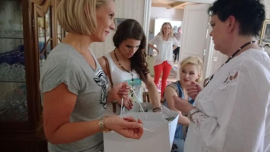 Ja Miss Suomienkin matkaan lähti isot ostoskassilliset Kartanoputiikin upeita vaatteita. Oikealla vaatteita myymässä Heidi Sohlbergille ja Viivi Pumpaselle putiikin omistaja Virpi Kassari.