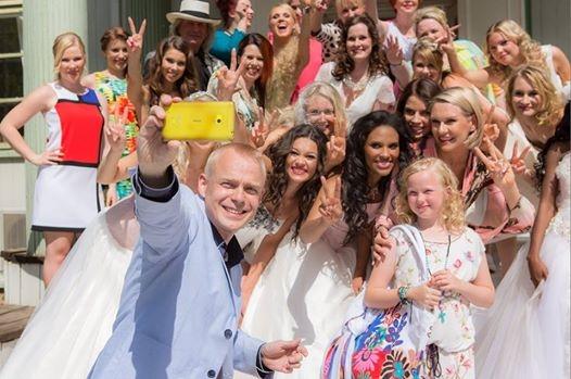 Ja sain tapahtuman kuvaajalta Joni Turuselta jo hauskan kuvan. Tässä otetaan sitä virallista Muotia ja Kevättä selfietä eli itse otettua omakuvaa tapahtumamme mallien kanssa. :)