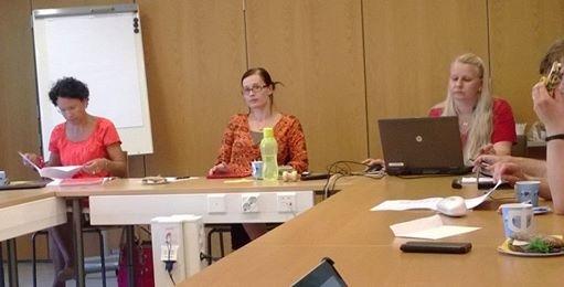 Tiina Seppälä toimi tänään ensimmäistä kertaa kunnanhallituksen puheenjohtaja. Ja hienostihan se vankalla kokemuksella muista pj-hommista meni. Kiitos Tintti. Oli mukava seurata hyvin johdettua kokousta varapuheenjohtajankin johtamana ja osallistua siihen.