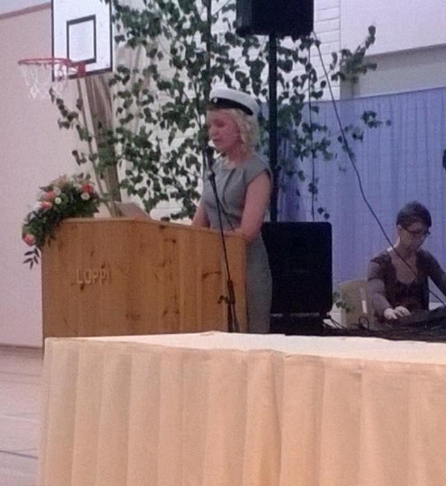 Ja uuden ylioppilaan puhetta pitämässä Carla Uusitalo. Aivan mahtava puhe Carlalta ja hieno nuori muutenkin. Taitava tanssija ja menestyvä myös opiskeluissaan. Saa nähdä mitä tästäkin tytöstä vielä tulee.