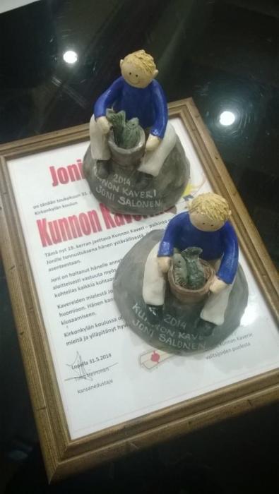 Ja tällaisella pienellä patsaalla ja stipendillä palkitsin tänään Kirkonkylän Koulun 19. Kunnon Kaverin Joni Salosen. Onnea suuresti!