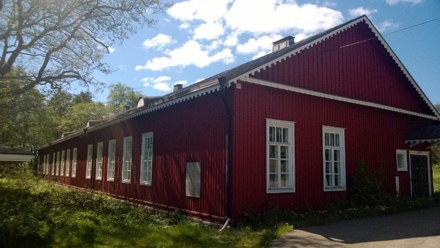 12 Tuuman Kasarmialue Örön saarella. Samassa talossa varusmiespalvelustaan suoritti aikanaan myös nykyinen Tasavallan Presidentti Sauli Niinistö.