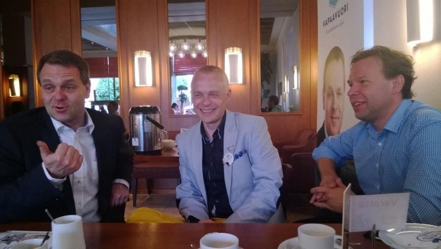 Ja tässä Laurellin kahvipöydässä yhdessä Jannen ja Tapio Vekan kanssa.