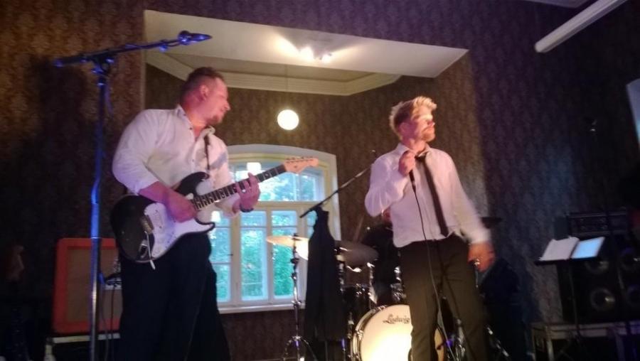 Parhaat bileet syntyy kun bändiksi valitsee Käsityöläiset. Ilta siis tänään ystävän Marku Lindblomin 50-vuotisjuhlilla Riihimäen vanhalla Upseerikerholla.