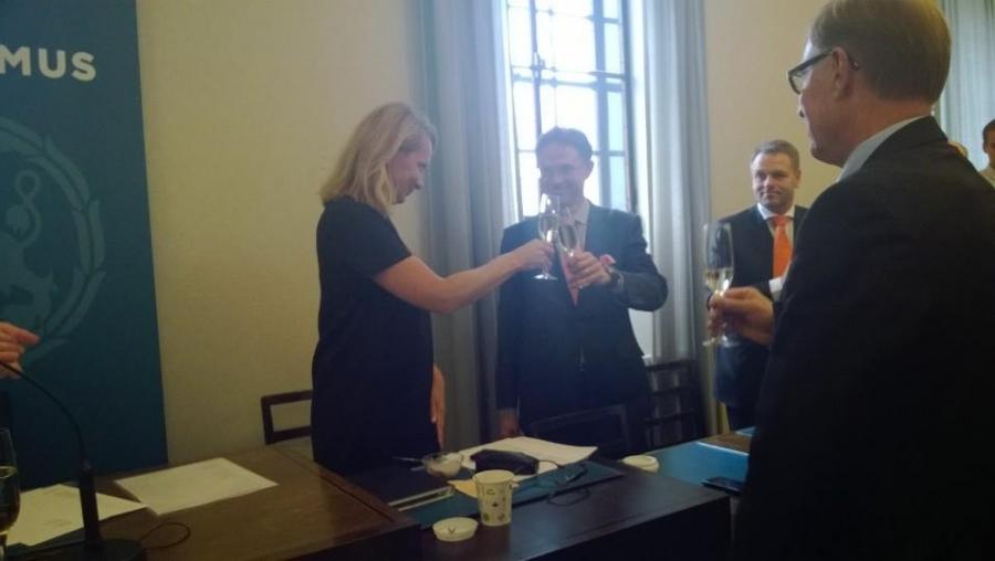 Ja malja Jyrkille! Kiittämässä lasia nosataen eduskuntaryhmän varapuheenjohtaja Lenita Toivakka, puhemies Pekka Ravi ja ministeri Jan Vapaavuori.