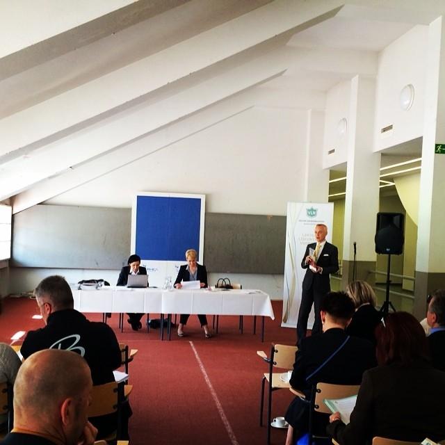 Tässä tämään aamulla Olympistadionilla esittelemässä Valtion Liikuntaneuvoston Rakentamisjaoston puheenjohtajana uutta rakentamisen Suunta-asiakirjaa.