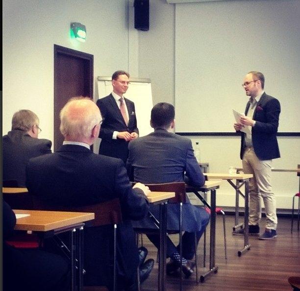 Jokakesäinen Talousseminaarimme oli tänä vuonna Hotelli Presidentin Urho-salissa. Tässä Tuomas Enbuske haastattelemassa tulevaa komissaariamme Jyrki Kataista Jyrkin Eurooppa-alustuksen jälkeen.