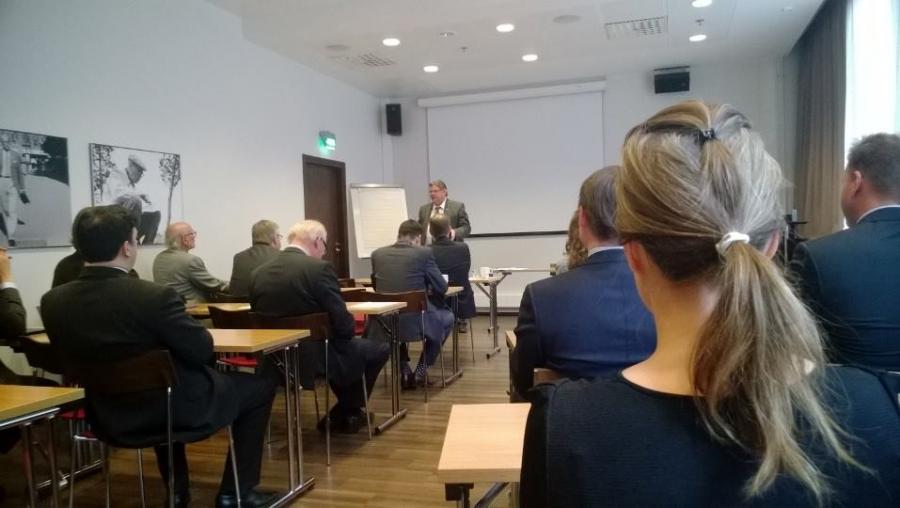 Timo Soini piti mielenkiintoisen puheenvuron taloudesta, mutta myös omasta poliittisesta urastaan ja sen vaikeista hetkistä ja juhlanaiheistakin. Erinomainen puhe ja oli hauska kuulla tällaista Soinia välillä.