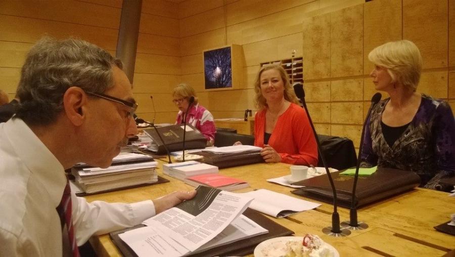 Ja tässä ollaan sitten jo Ulkoasiainvaliokunnan kokouksessa. Kakkukahvit tarjosi perinteenmukaan valiokuntaan uutena tullut jäsen ja tällä kertaa siis Jutta Urpilainen. Kuvassa oikealla Saara Karhu, edessä Ben Zyskowicz ja takana keskellä Annika Lapintie.