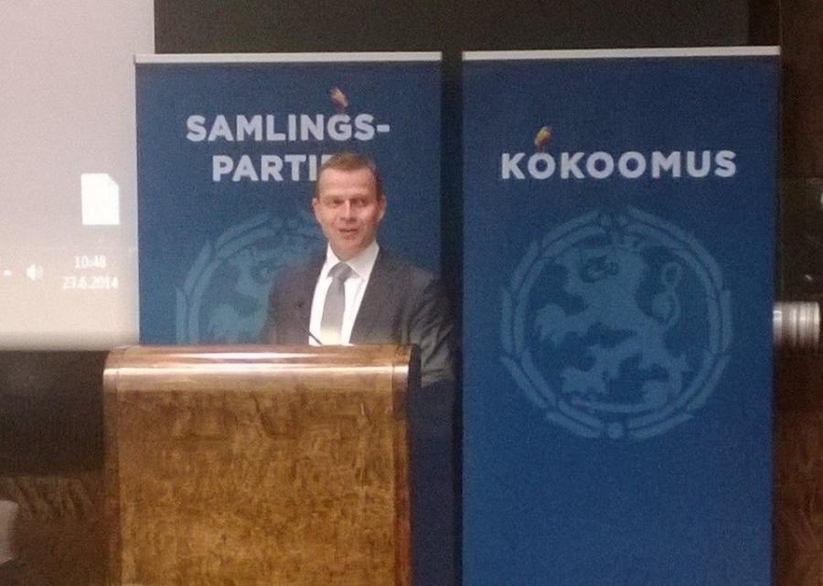 Uusi Maa- ja Metsätalousministeri Petteri Orpo puhuu eduskunnan auditoriossa.