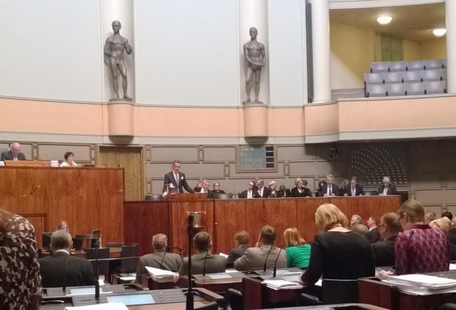 Uusi hallitus aloittaa... Pääministeri Alexander Stubb esittelee hallituksensa ohjelman. Takarivissä uudet ministerimme Laura Räty, Lenita Toivakka ja Petteri Orpo.