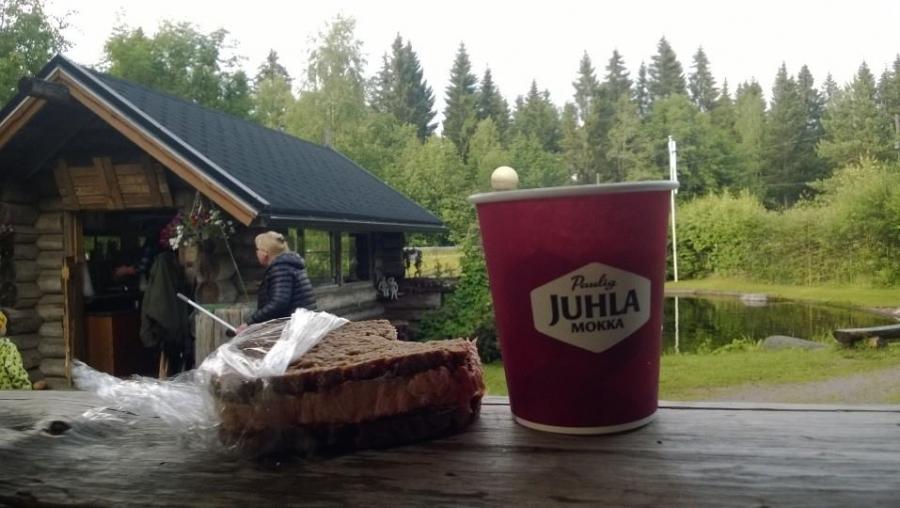 Ja illalla sitten vielä Lopen Kantatie 54:n Kalamyllylle ja se kesän Lohileipä ja kahvi. Nyt on kesä väittää Pekka Pouta ihan mitä tahansa :)