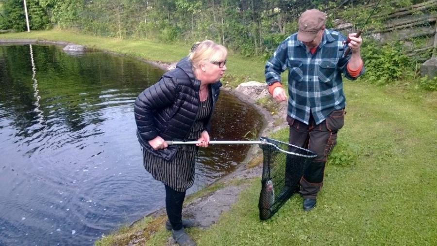 Ja Kalamyllyn isäntäpariskunta kalassa... Ja kalaa tuli. Lohi suolaan ja huomenna myynnissä Kalamyllyllä. Ja itsekin saa aina lohensa kalastaa. Kannattaa ehdottomasti poiketa kun ajelette kantatielle Forssa-Riihimäki -välillä siis. Mahtava paikka.