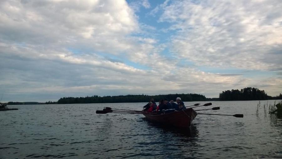 Ja hieman tunnelmia Loppijärven Valkeat Yöt -tapahtumasta. Ja tässä sitten kirkkoherran tahtiin kirkkoveneellä. Hauskaa oli.