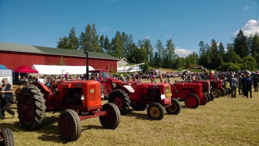Traktoreita ja koneita on suurella pellolla kymmeniä kuten myös vanhoja kuorma-autoja ja henkilöautojakin. Nähtävää riittää hyvinkin päiväksi ja vaikka vielä huomiseksikin. Eli huomenna sunnuntaian 29.6. ehditte vielä mukaan kello 10-16.