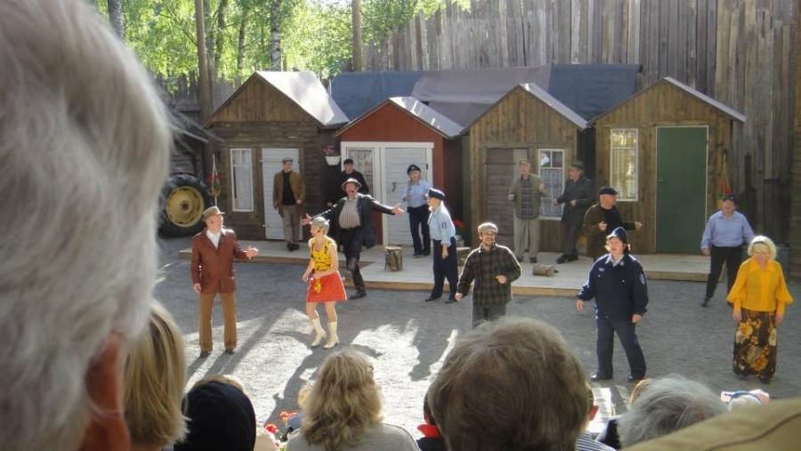 Ja sitten pari erikoisluvalla otettua kuvaa Lopen Teatterin 30-vuotisjuhlanäytelmän ensi-illasta Siunattu Hulluus.