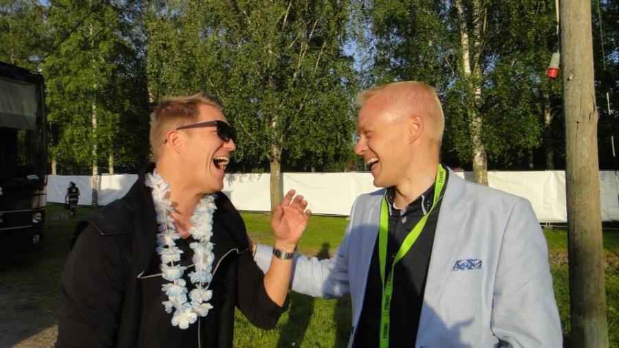 Cheek alias Jare Tiihosen kanssa olemme tässä vuosien aikana ystävystyneet. Ja olikin nasta nähdä tiukan keikkarundin välissä Riihimäellä. Kuva kertoo kaiken :)
