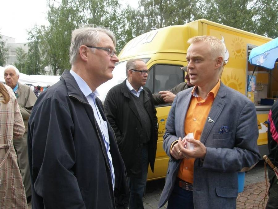 Kesäkiertueeni jatkui Lahden heinäkuun Kuukausimarkkinoilla 2.7.2014. Tässä kanssani juttulemassa Lahden kaupunginjohtaja Jyrki Myllyvirta.