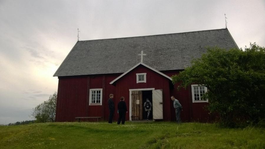 Illalla vielä kävimme lapsen kanssa Lopen Vanhan Kirkon iltahartaudessa. Joka torstai-ilta siis kesällä kello 20.00 kirkossamme pieni iltahartaus. Kannattaa ajella vaikka kauempaakin mukaan.