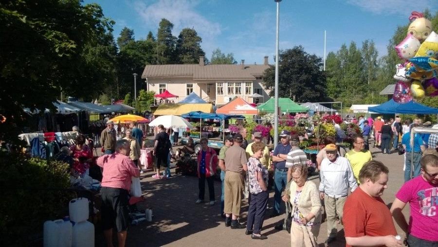 Heinäkuun hieno lauantai alkoi minun osaltani Lopen torilta. Perinteinen Perunankukkapäivä keräsi jälleen Lopelle tuhansia vieraita niin täältä kotikunnasta kuin kauempaakin.