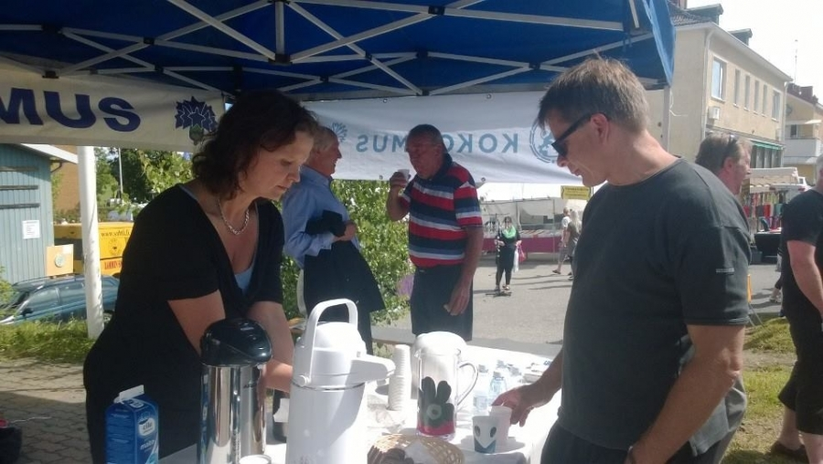 Ja sitten ollaankin jo Sahtimarkkinoilla Padasjoella. Tosin vain kahvia tässä tarjoilemassa Sanna-Maria Laine. Padasjoen tekijänainen numero 1!