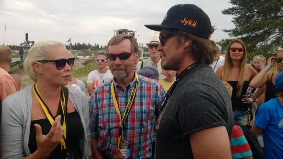 Ja tässä Lopen maailmanmestari Heikki Mikkola tyttärensä Elinan kanssa juttelemassa kisaa seuranneen Teemu Selänteen kanssa.
