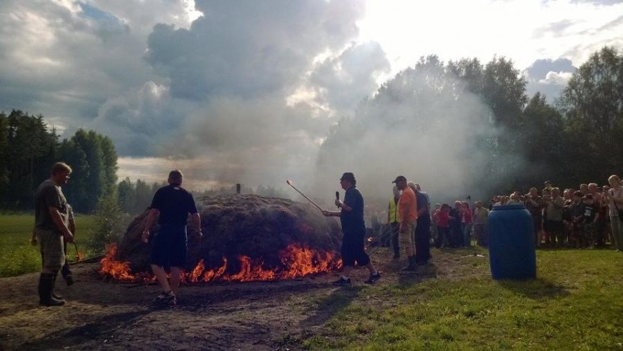 Alpo Mäkisen opein tervahauta jälleen rakentui ja syttyi ja antaa pian tervaa...