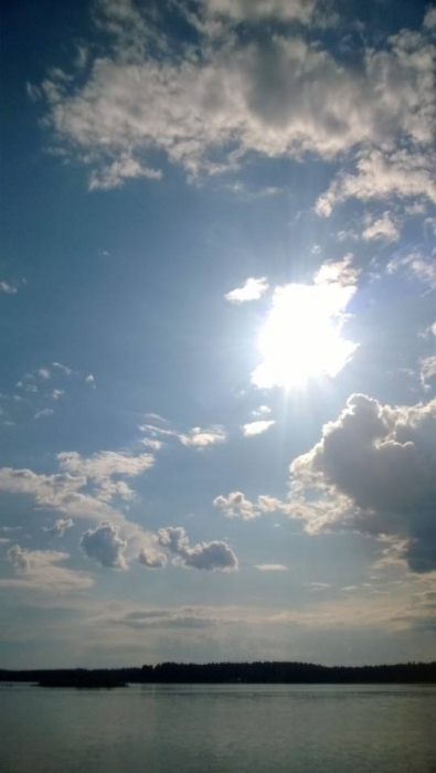 Tällaisenakin päivänä on taivaalla valoa. Osanotto ja voimia kaikille sureville.