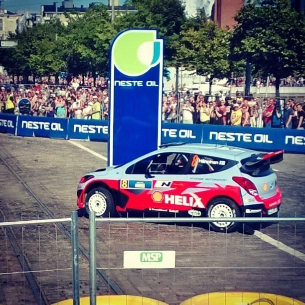Neste Oil tarjosi huikean motorsport-tapahtuman tänään Helsingissä. Yli 20 000 katsojaa ja maailmanparhaat kuljettajat samalla katu-ek:lla. Neste Oil Rally Helsinki Battle oli Kokemus. Kiitos ja Jyskälässä jatketaan ensi viikolla. Tässä mallia näyttää Juho Hänninen Hyundain WRC:llä.