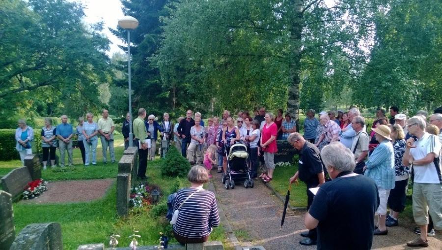 Hautausmaakävelyyn osallistui tänä vuonna yli 60 Lopen historian ja loppilaisten henkilöhistorian ystävää.