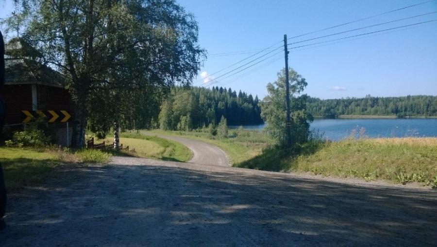 Surkeen EK ja taustalla tuo blogissani kertoma järvi.