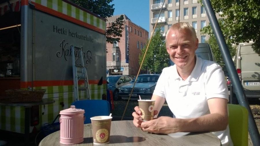 Hämeenlinnassa Kuukausimarkkinoilla taas. Kahvia ja juttuseuraa. Tässä tosin kahvikaverini joutui kuvaajaksi :)