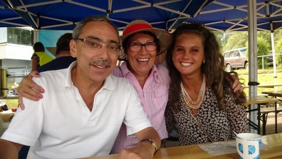 Ja hauska kuva Lopen Yrittäjien kahvilateltalta. Jaoimme Benin ja Deryan kanssa sinne kahvi- ja munkkilippuja ja tässä Benkun ja Deryan kainaloonsa nappasi Kyllikki :)