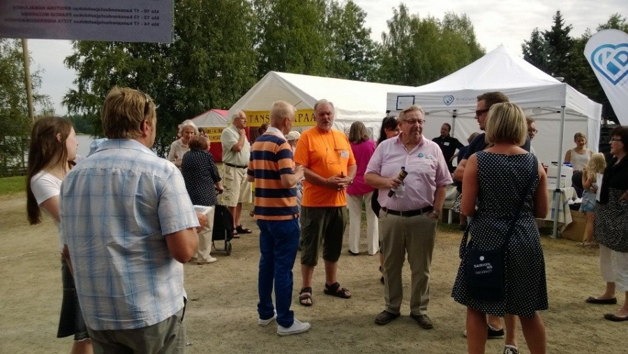 Sitten ollaankin jo Hämeenlinnan Elomessuilla. Väkeä siellä sitten monin kerroin enemmän ja upea sää suosi pääkaupungissammekin. Hieno tapahtuma jälleen ja iso kiitos Hämeenlinnan kokoomuslaisille ja ennen muuta Keijo Suomalaiselle hienoista puitteista.