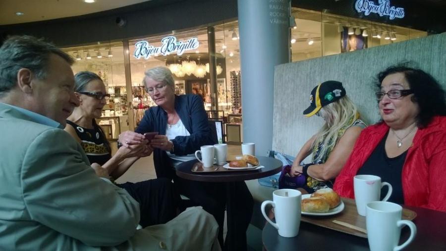 Kauppakeskus Willan Roberts Coffeessa pöydät oli väkeä täynnä ja jutunsorina vilkasta. Onnistunut tilaisuus tämäkin.