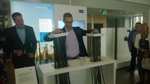 Ja sitten yritysvierailulle pääministeri Alexander Stubbin kanssa Hyvinkään Koneelle. Ja testauksessa Koneen uutta... Hiilikuituköydet jotka keventävät ja nopeuttavat hissejä ja pidentävät elinikää tuplaan. Suomalaista patentoitua korkeaa huippuosaamista.