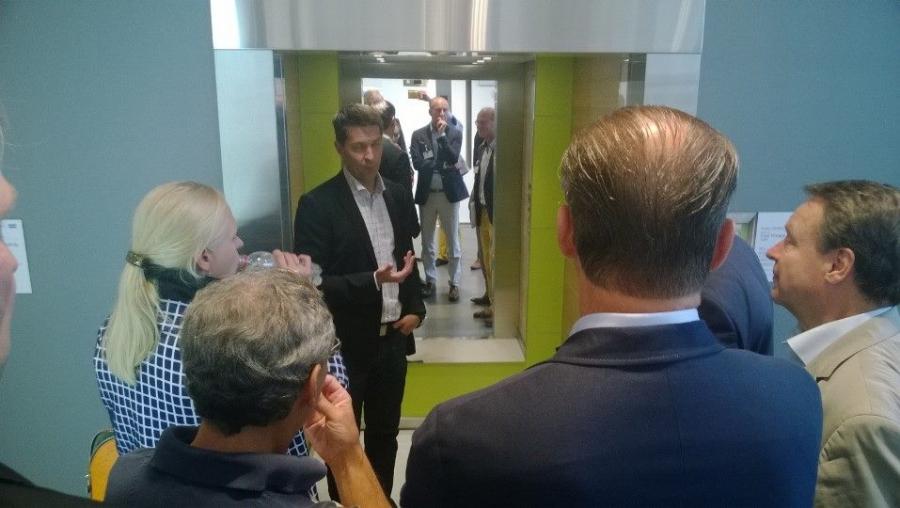 Muutaman kollegan kanssa tutustumassa tässä Koneen tehtaaseen Hyvinkäällä. Mielenkiintoinen vierailu ja hienoa, että on tällaisia yrityksiä jotka kasvavat ja panostavat koko ajan merkittävästi uuteen tuotekehitykseenkin. Siitä hyvä esimerkki tuo yllä pääministeri Alexander Stubbin