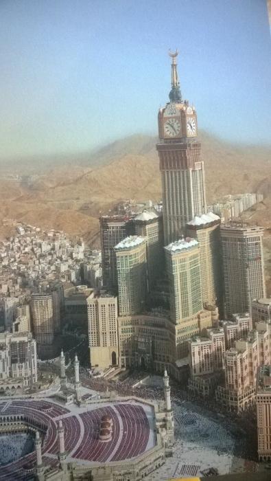 Mekassa Makkah Clock Royal Tower Hotel. Maailman suurin hotelli ja 601 metriä ja Koneen hissiä. Vain muslimit pääsevät taloon ja myös Koneen työntekijöiden piti olla muslimeja.