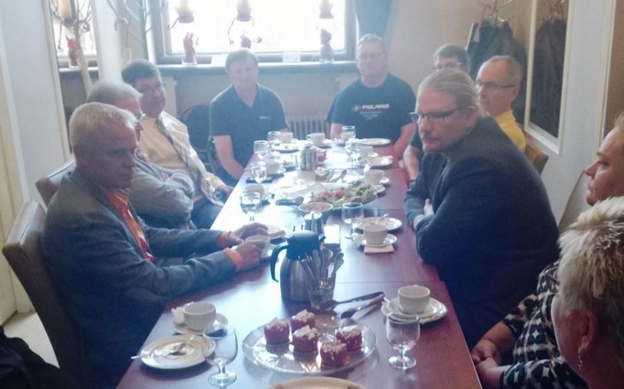 Ja torikahvien jälkeen sitten jatkoimme Cafe Laurellin kabinetissä Hämeenlinnan Yrittäjien tapaamisella. Hyviä ideoita paljon ja arvokasta tietoa erilaisilta yrittäjiltä.