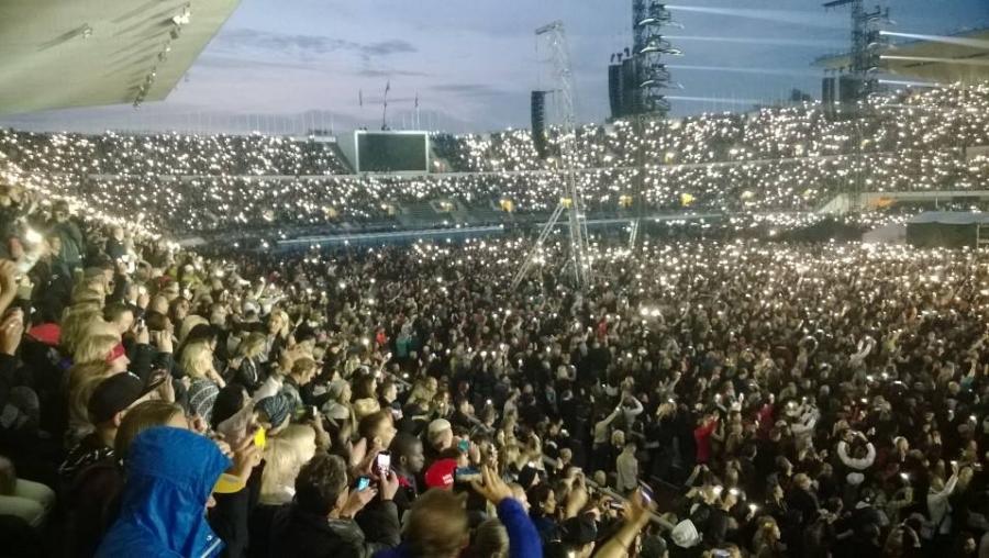 Ja väkeä siis oli jokaisella penkillä ja myös koko Stadikan nurmi täynnä. Uskomaton tunnelma. Iso perhe.