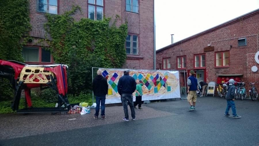 Illuusio-festivaali kokoaa kulttuurintekijöitä Riihimäen Wanhalle Lasitehtaalle 29.-31.8.2014. Tänään avajaisilta. Hieman sade väkimäärää rokotti, mutta onneksi viikonlopuksi luvassa parempaa säätä. Kannattaa ehdottomasti mennä katsomaan.