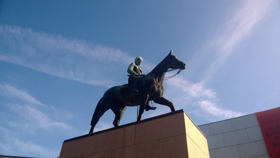 Perinteen mukaan kävin tänäänkin Marsalkka Mannerheimin Ratsastajapatsaalla. Tänään kuluneeksi tasan 70 vuotta Jatkosodan päättymisestä.