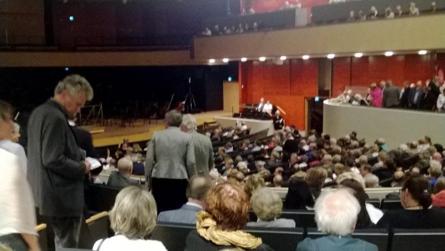 Ja Sibeliustalon suuri sali näyttää tulevan täyteen tänäänkin. Kohta alkaa.
