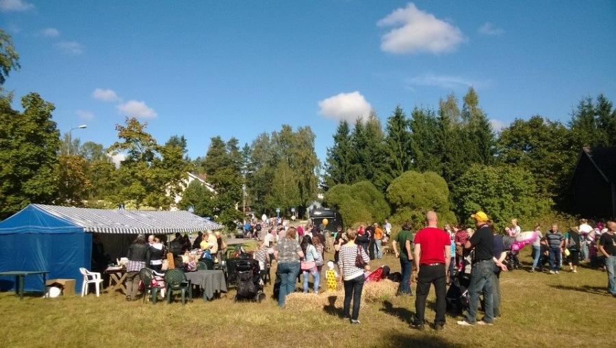 Kärkölän Hevosseuralla myös hieno tapahtuma Suomenhevosen viikonkin kunniaksi. Tuttuja liikkeellä hevosten kanssa.