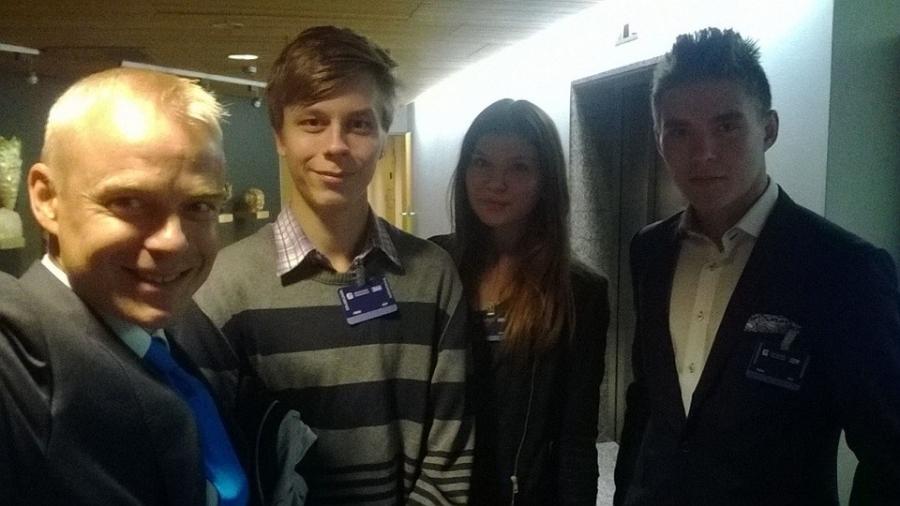 Riihimäen Nuoret lounastauon vieraanani tänään. Anton, Lilli ja Otto. Mukana tuokio.