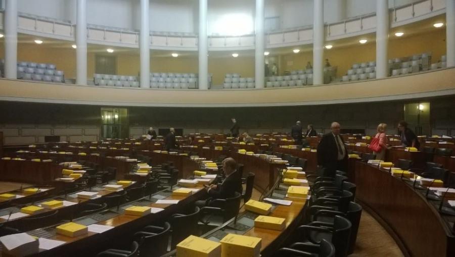 Ja sitten istunto tauolle. Suuri Valiokunta kokoontuu.
