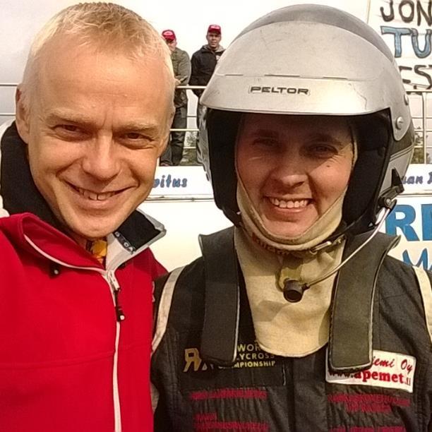 Hieno mies ja jälleen tuplamestari. Joni-Pekka Rajala. Aikanaan sain tätä miestä haastatella monet kerrat jokkiskisoissa MTV3:lle Motorforumiin ja monet kerrat myös selostaa selostustorneista miehen voittoja. Mahtava tyyppi ja aina iloisella mielellä. No mikäs voittajan on hymyillessä :) Tosin tällä kertaa toinen mestaruus sai hieman kitkerääkin palautetta, kun finaalissa Jonttu ajoi Aki Karttusen perään ja tuli hylätyksi. Tämä tapahtumasarja kuitenkin riitti Jontulle mestaruuteen.